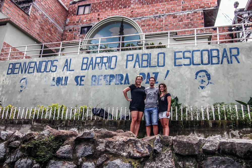 Elis Ligtlee, Barry Markus en Kelly Markus bij Barrio Pablo Escobar