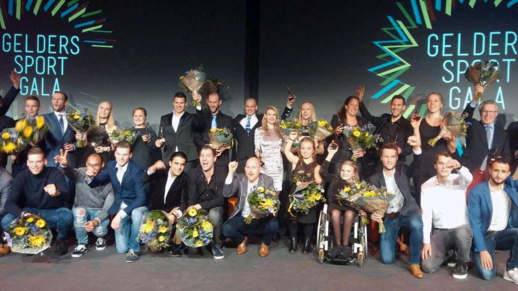 Groepsfoto met alle sporters tijdens het Gelders sportgala 2016